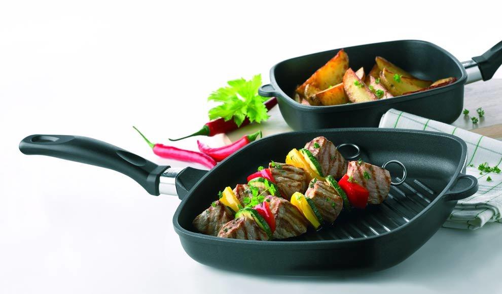 Чугунная сковорода с едой