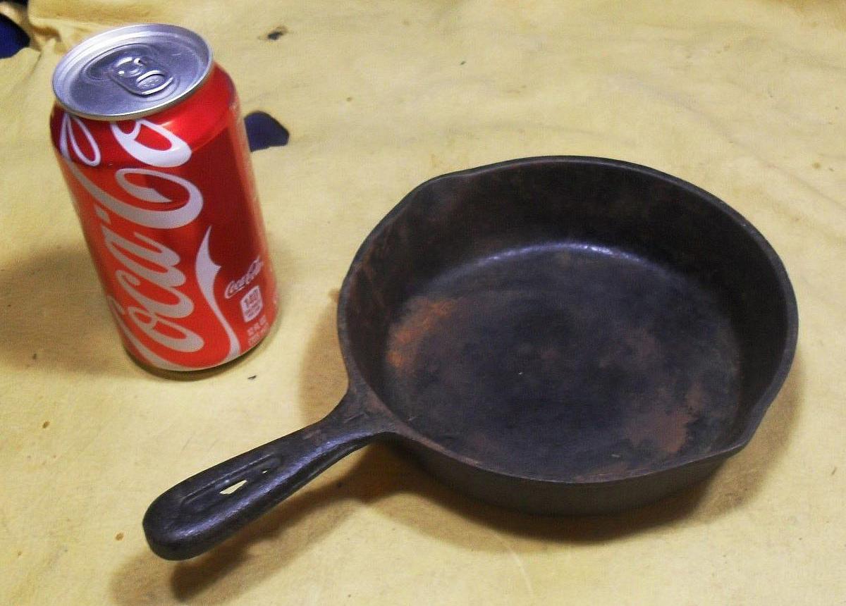 кока кола и сковорода