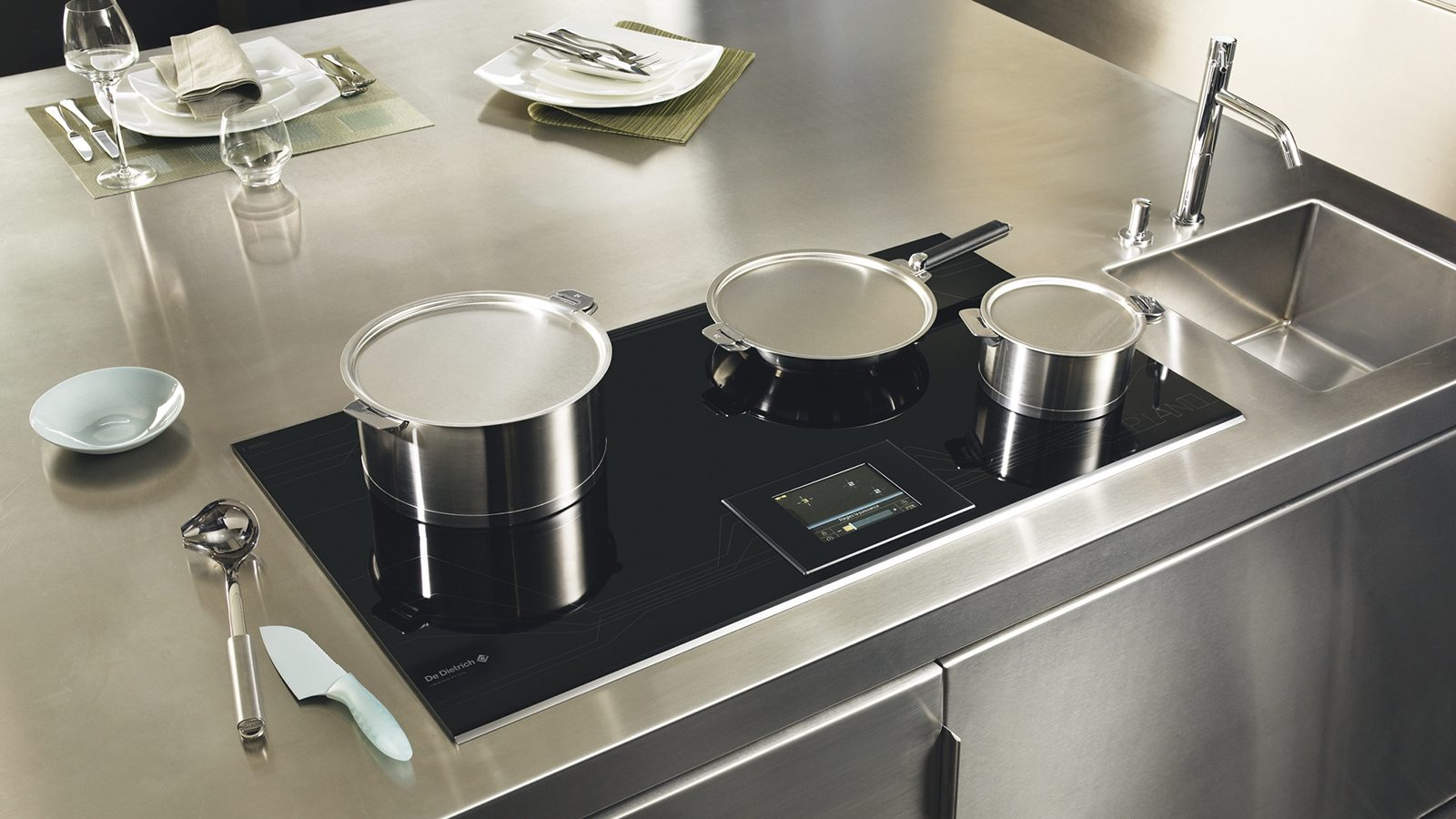 Посуда из алюминия на стеклокерамической плите