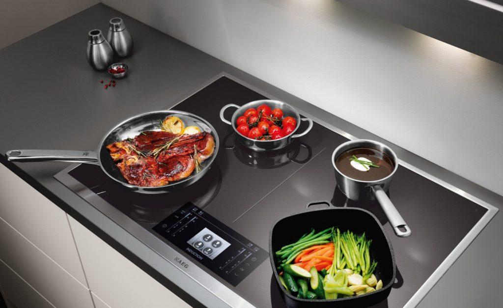 стальная посуда на плите