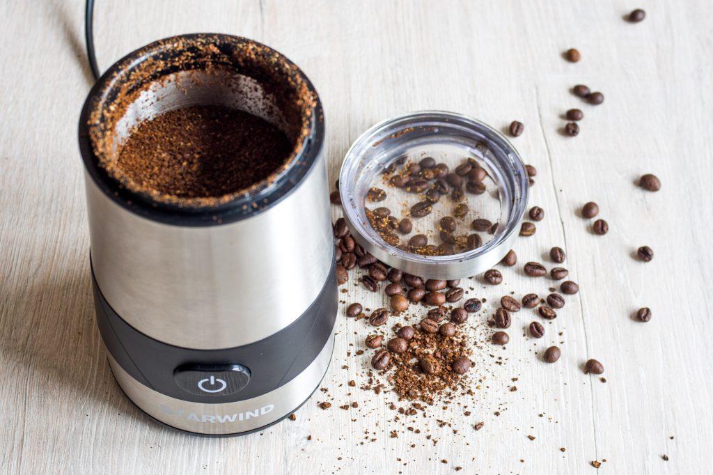 кофемолка с зернами