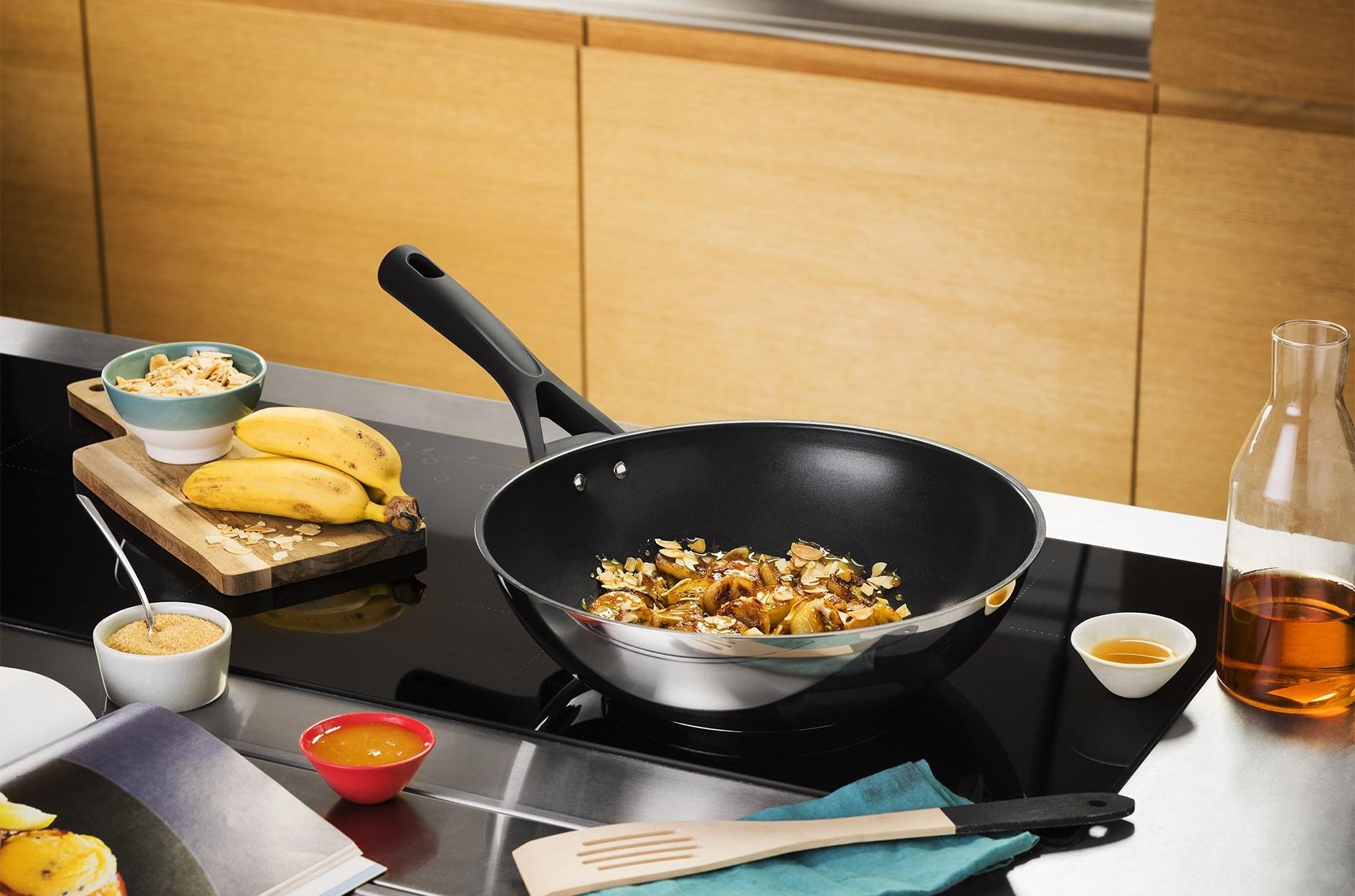 Сковорода Вок с едой на плите