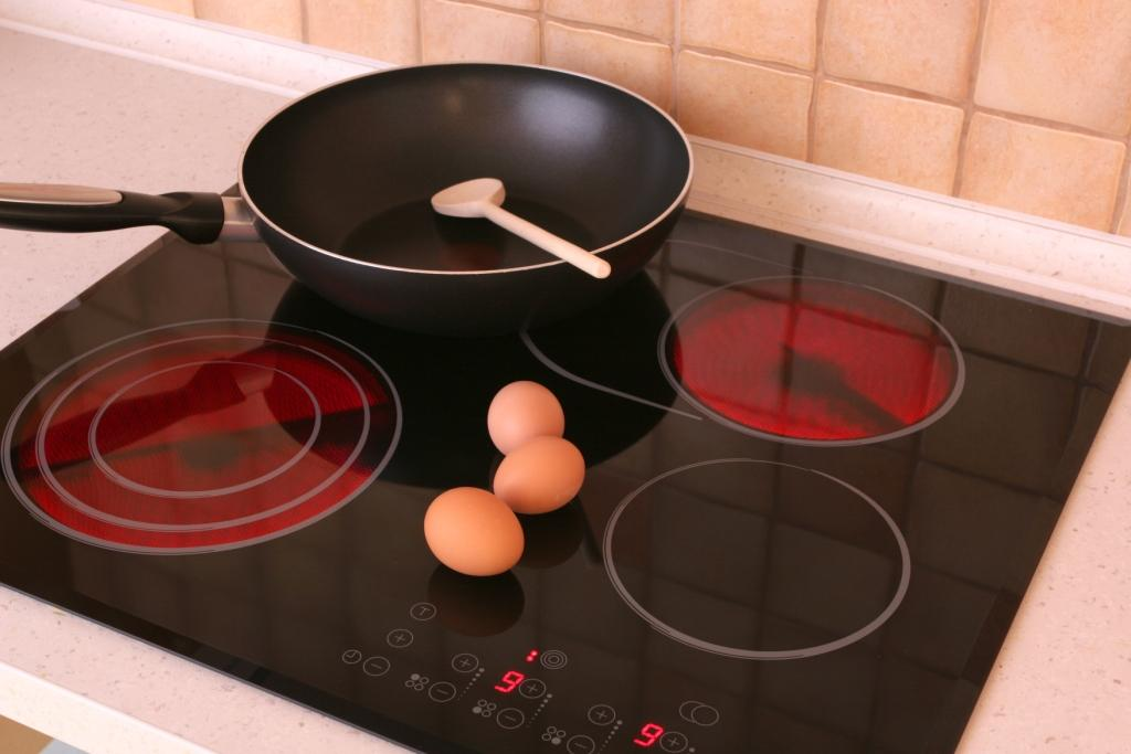 сковорода на стеклокерамической плите