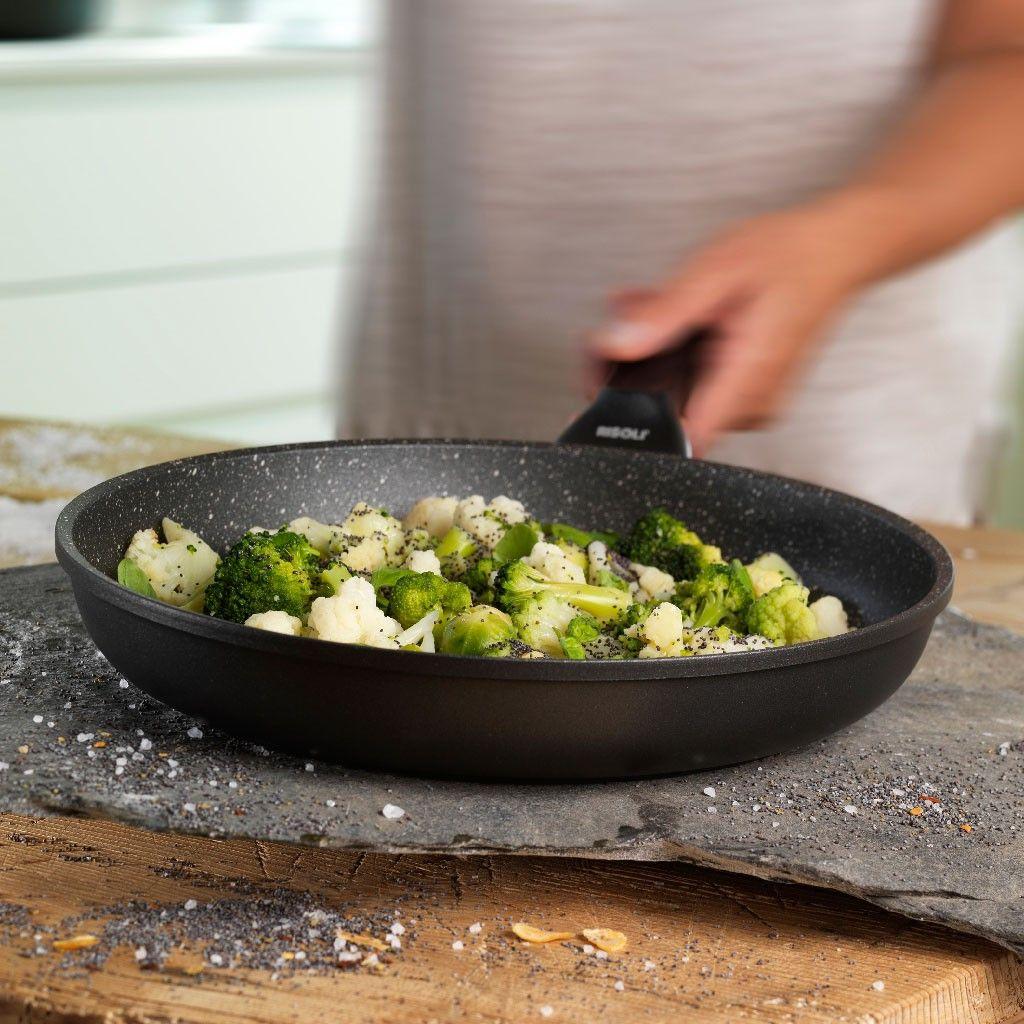 сковорода с каменным покрытием на кухне