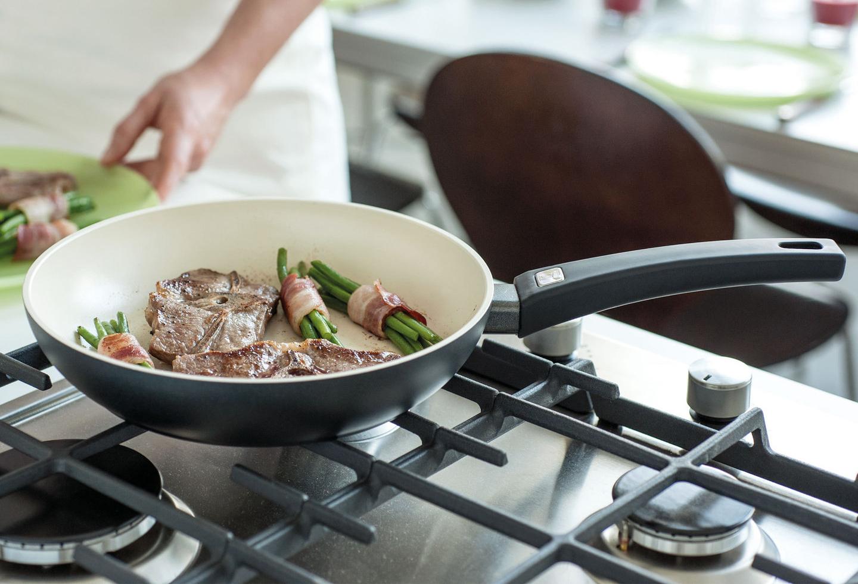 сковорода с керамическим покрытием на плите