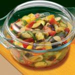 Стеклянная кастрюля с овощами