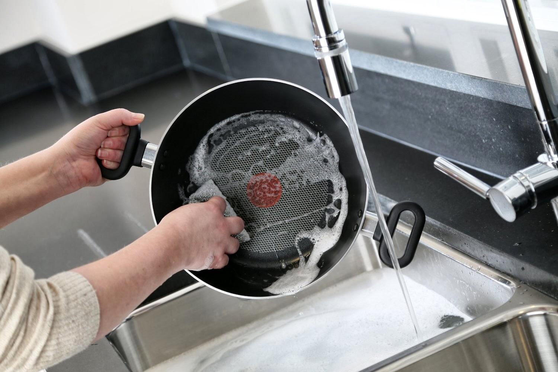 тефлоновая сковорода под краном
