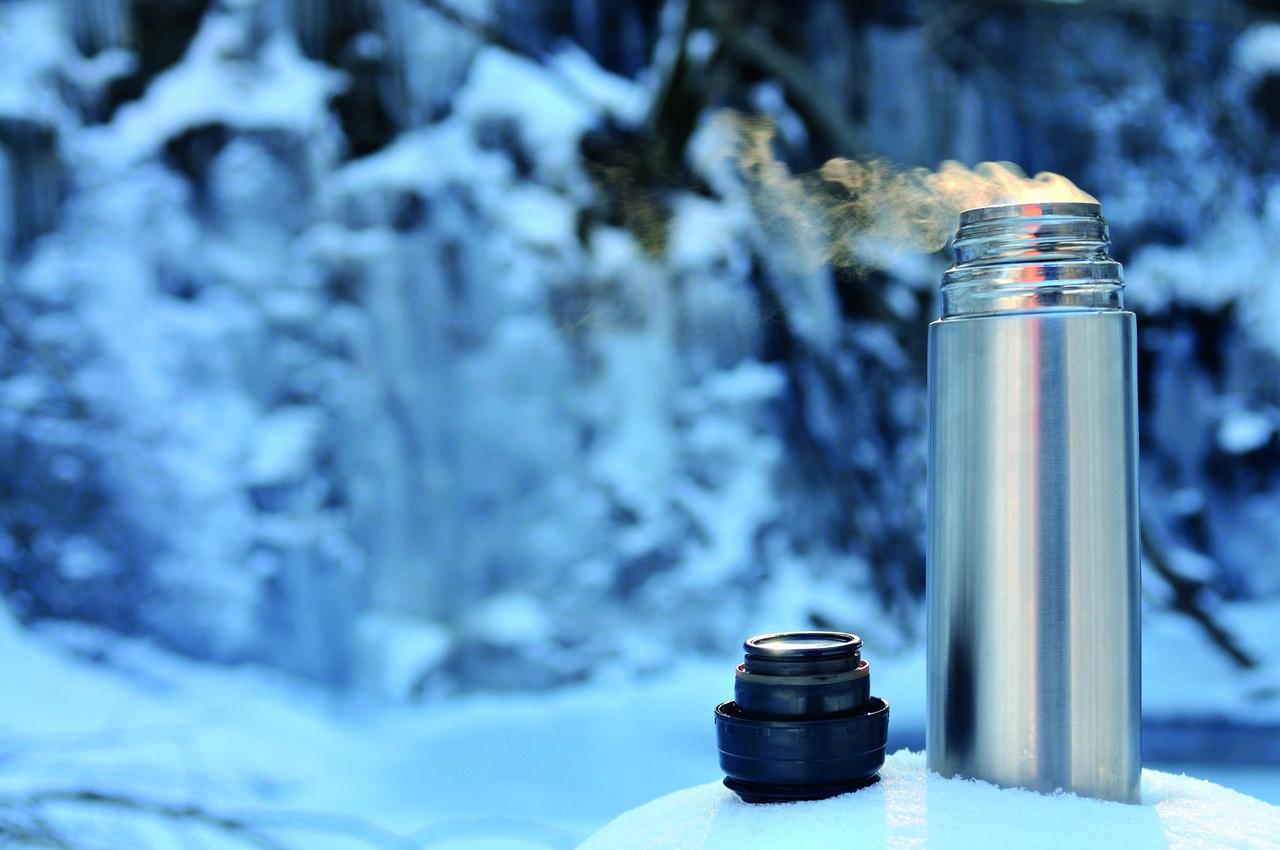 Термос на снегу
