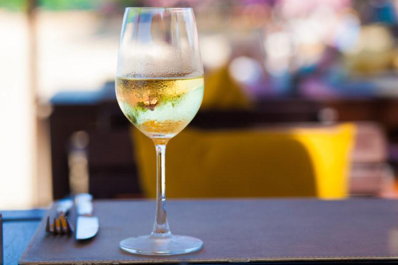 бокал белого вина на столе