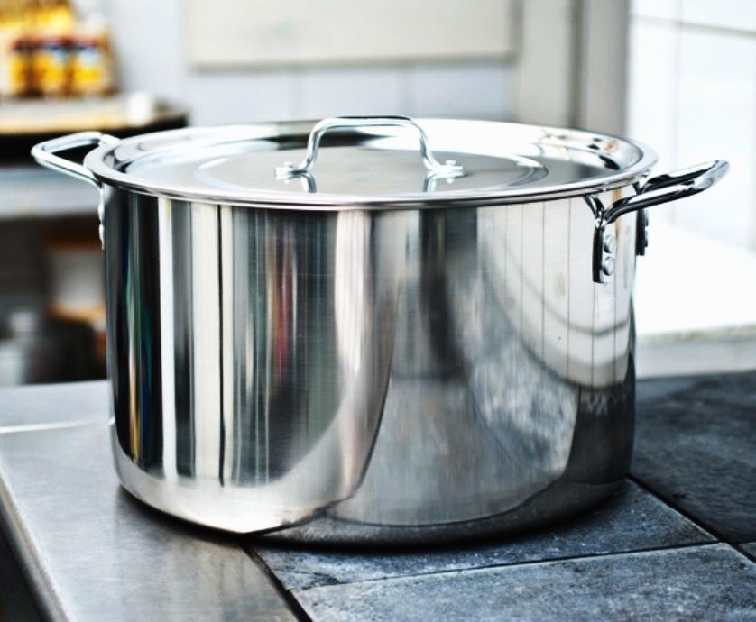 большая кастрюля на кухне