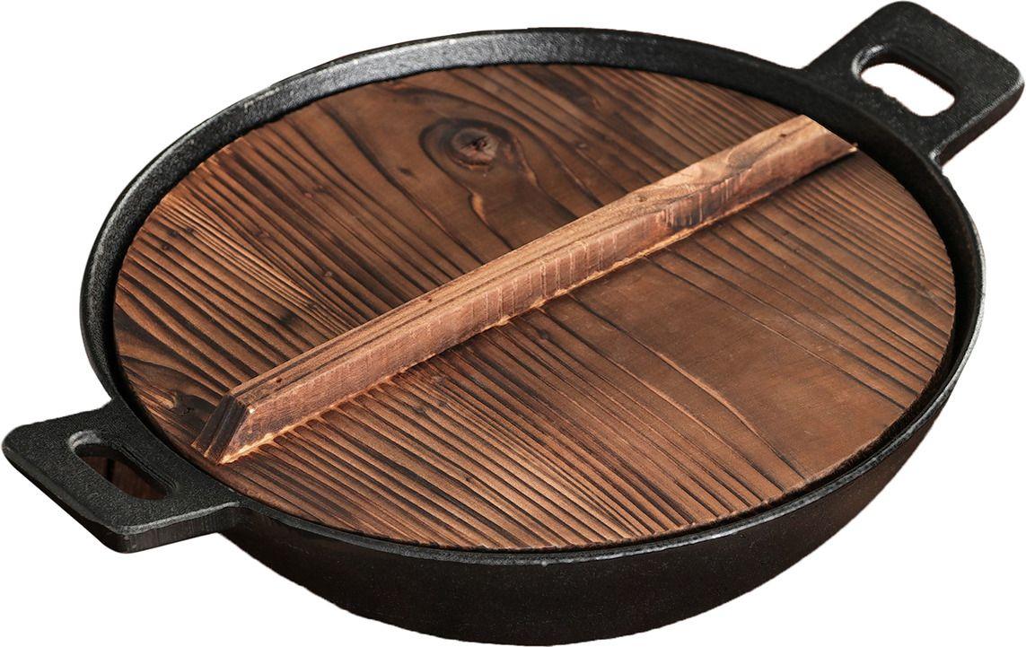чугунный казан с деревянной крышкой