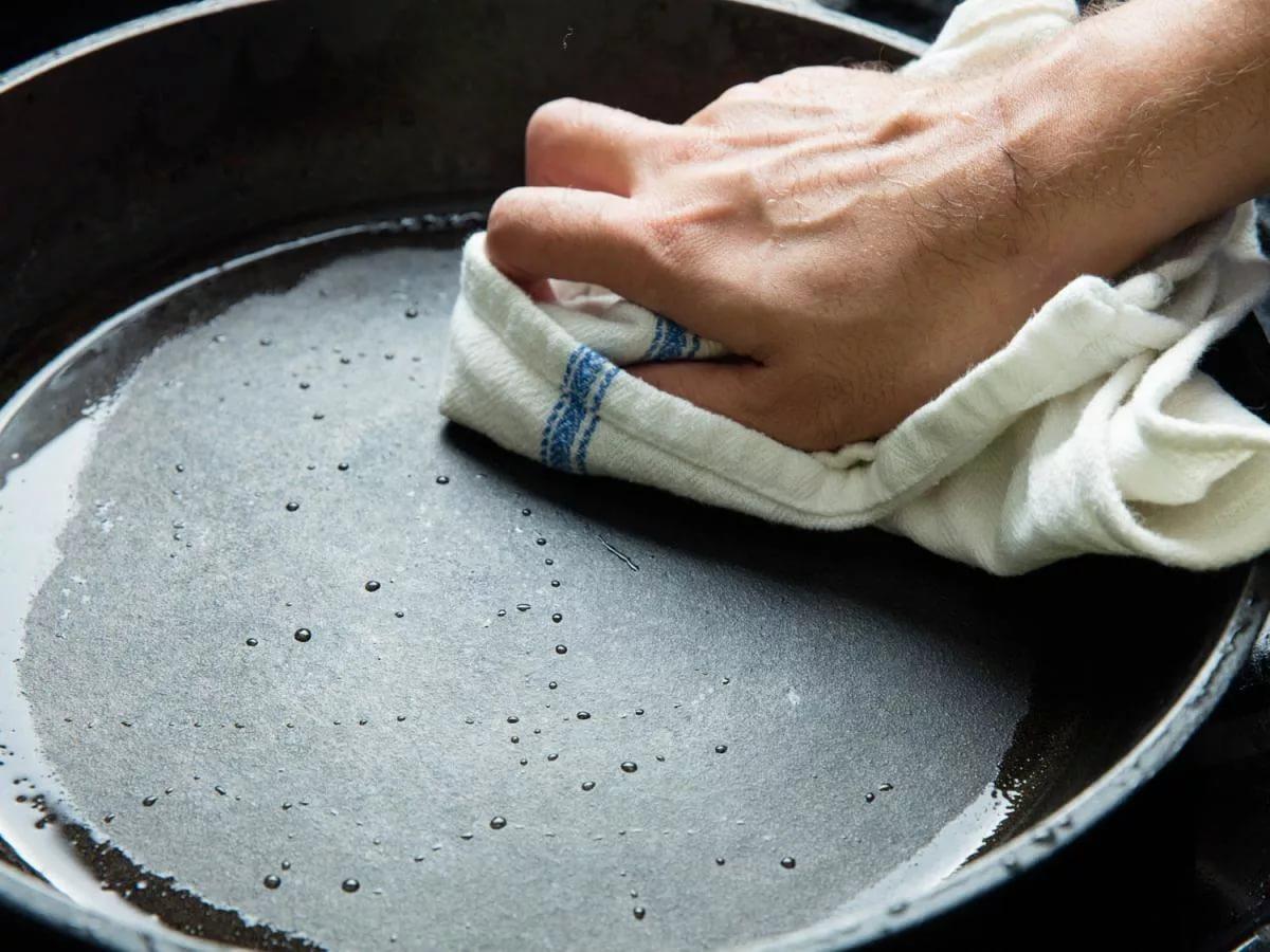 как прокалить чугуную сковороду