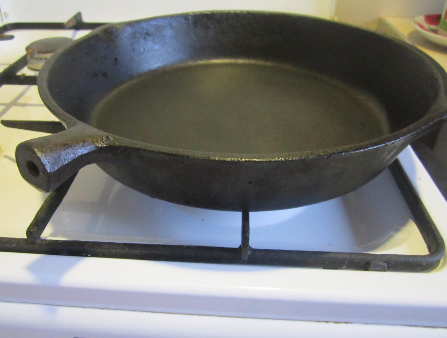 как прокалить чугунную сковороду на плите
