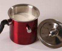 молоковарка с молоком