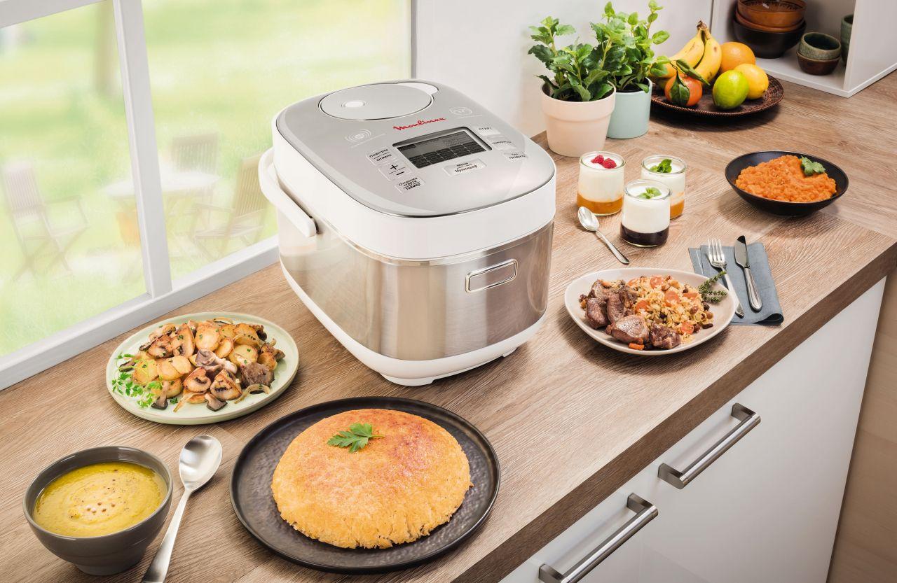 мультиварка с едой на кухне
