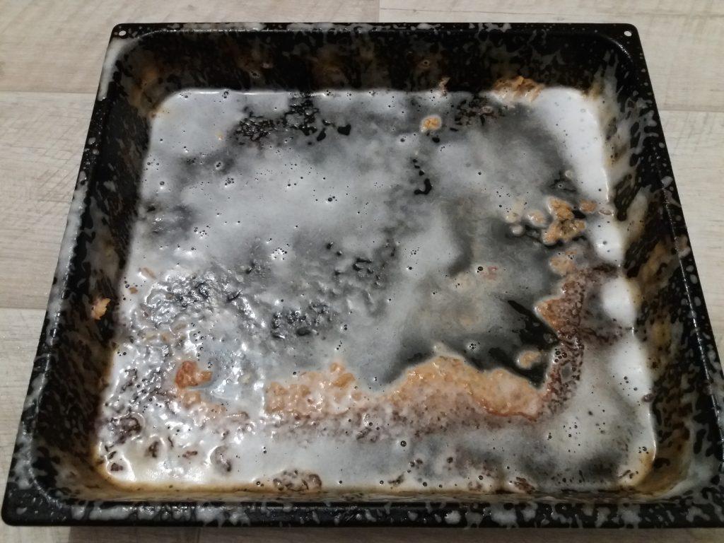 почистить противень от нагара содой и уксусом