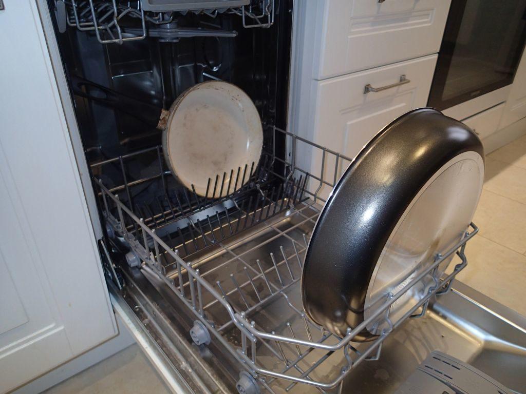 сковороды в посудомойке